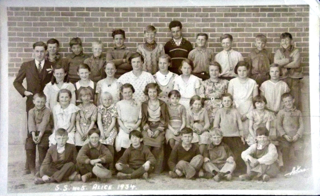 An old photo of a grade school class